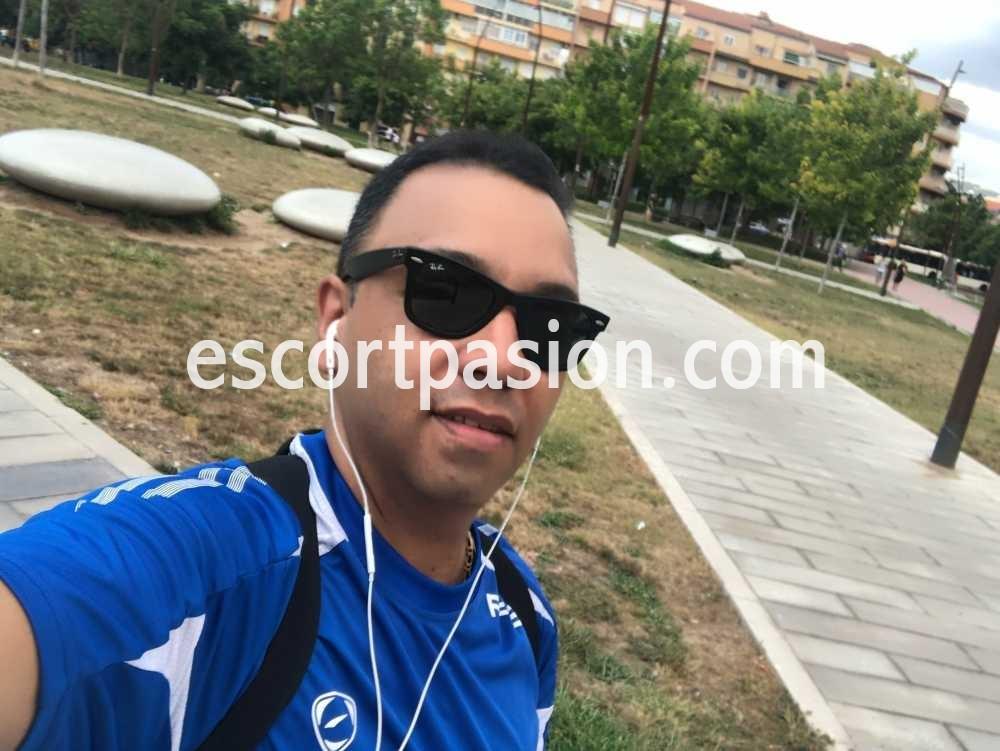 Guapo masajista gay en Barcelona con gafas de sol en selfie