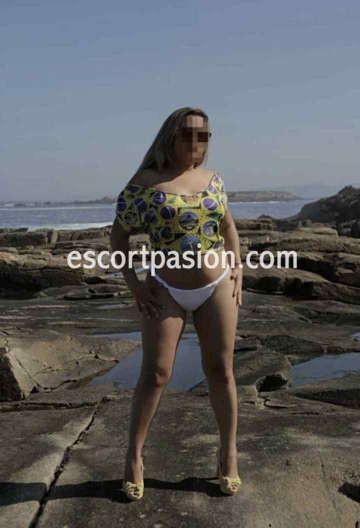 Puta en la playa con gafas de sol