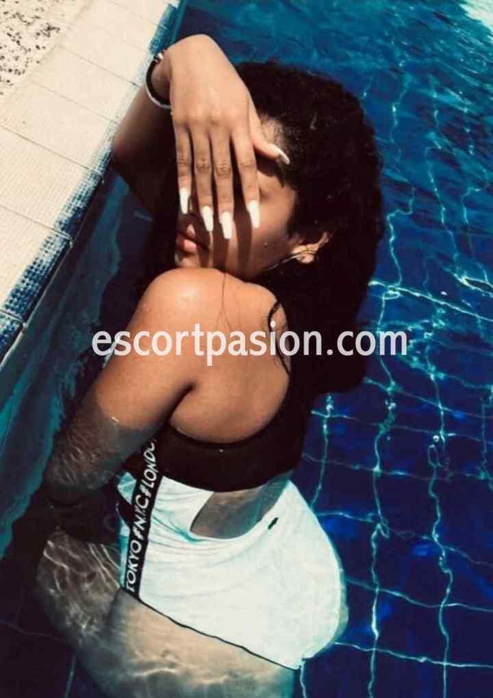 putas culona en Barcelona en la piscina con bikini