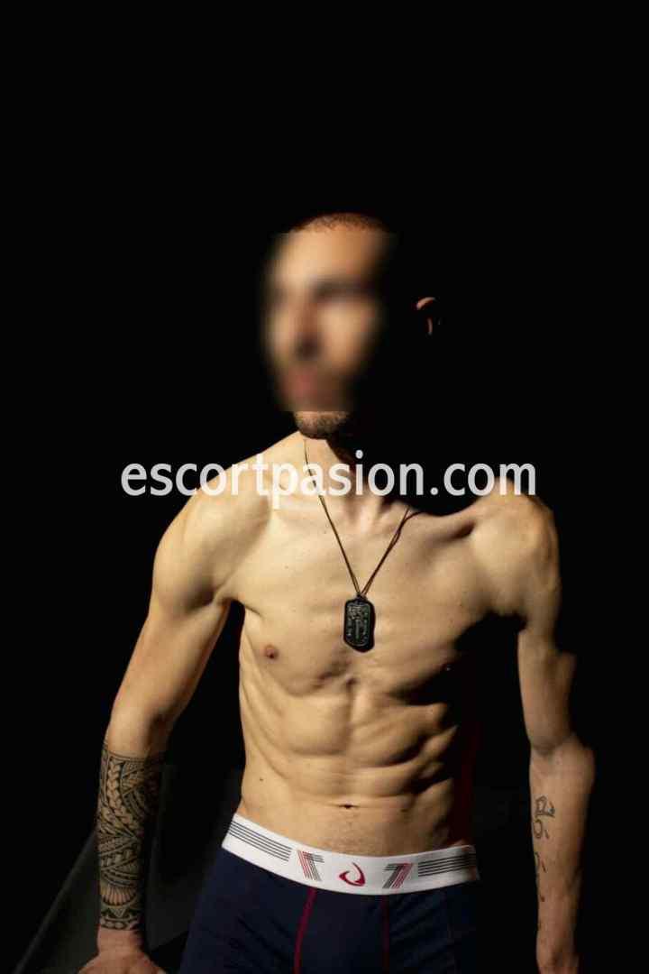 escort hombre de cuerpo atlético, bien formado, puede ser tu amo y follarte duro